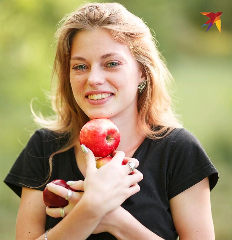 Простое яблоко содержит неповторимый набор витаминов, минералов и других полезных веществ.