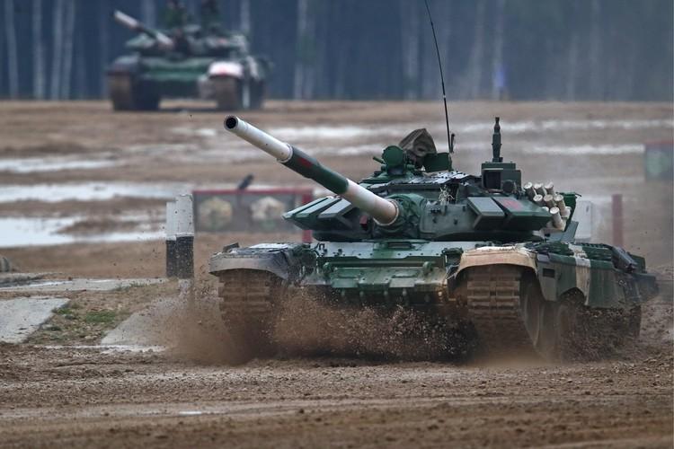 По правилам соревнований, в заключительной эстафете участвовали по три танковых экипажа от каждой команды. Фото: Сергей Бобылев/ТАСС