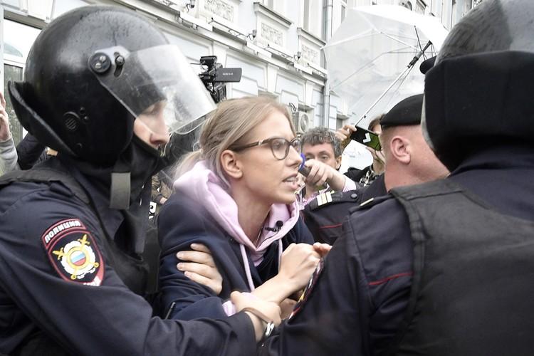 Сотрудники полиции задерживают в центре города Любовь Соболь, которая были среди организаторов несанкционированных акций. Фото: Дмитрий Серебряков/ТАСС
