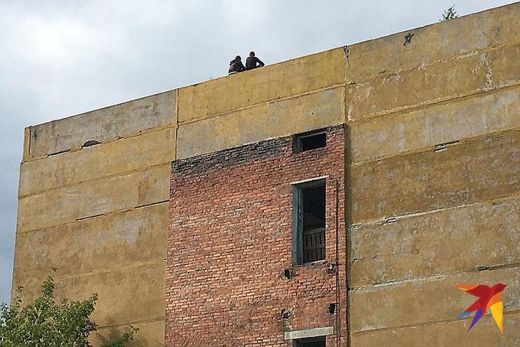Двое подростков устроились на самом краю крыши.