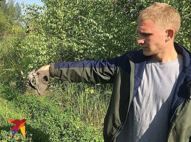Взявшийся провести экскурсию Вадим держит в руках один из местных артефактов.