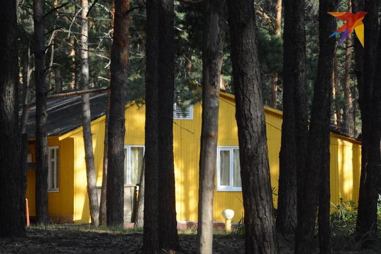 Внешне территория с щитовыми домиками, бассейном и спортплощадками напоминает типичный пионерский лагерь советских времен.