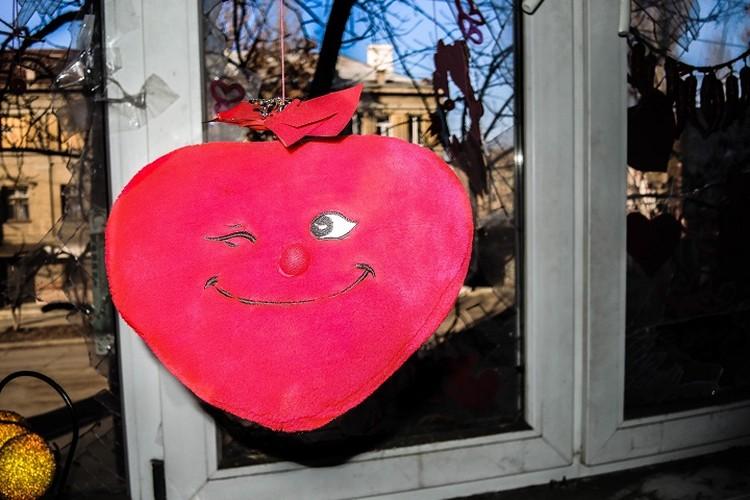 Вот так луганчанка украсила свой разбитый балкон в родном городе. Фото: Личный архив героя публикации