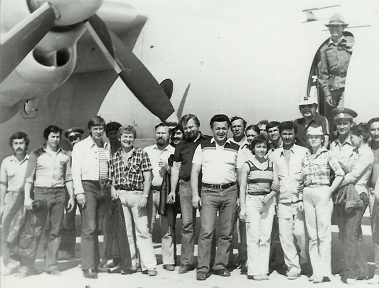 Иосиф Кобзон и Алексей Евсюков (слева от певца) в Афганистане. Фото из личного архива Алексея Евсюкова