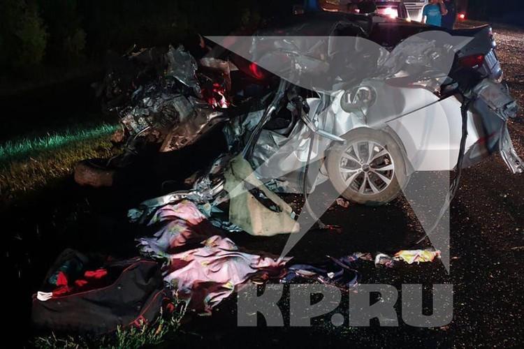 Сам водитель, мальчик на переднем сидении и еще один пассажир скончались. Фото: Комсомольская правда.