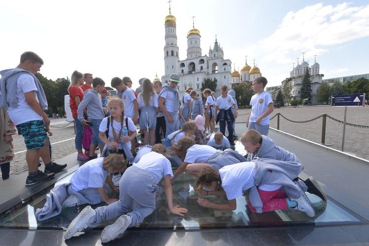 В Кремле ребята с изумлением рассматривали участок древней мостовой, закрытый стеклом