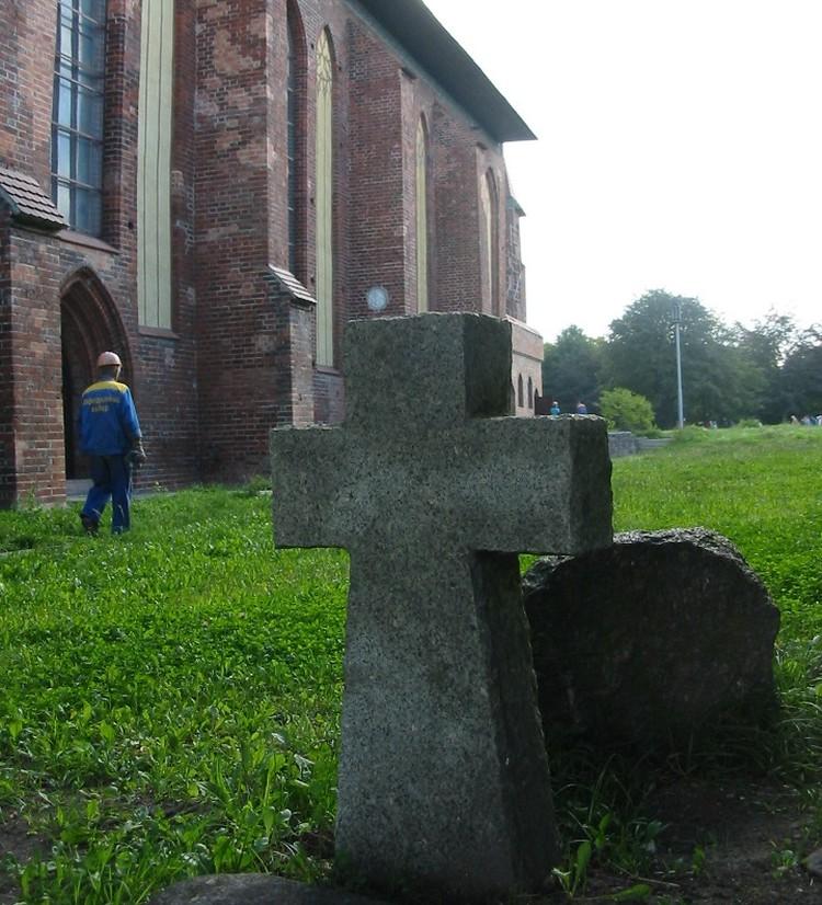 Безымянный крест у Кафедрального собора на острове Канта – памятник жертвам бомбардировок в августе 1944-го.