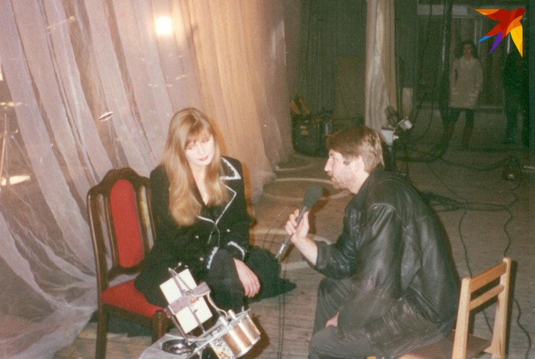 Порой интервью шло прямо за закрытым занавесом на сцене, как со звездой 1990-х Викой Цыгановой.