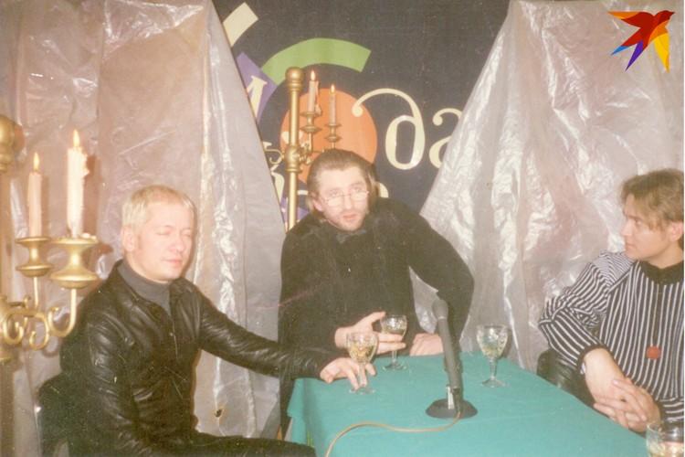 """На фото не только запись интервью с группой """"Парк Горького"""", но и оформление одной из студий """"Акалады""""."""