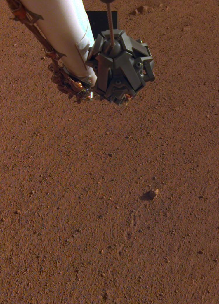 Странный камень сразу заинтересовал прибывшего на Марс землянина.