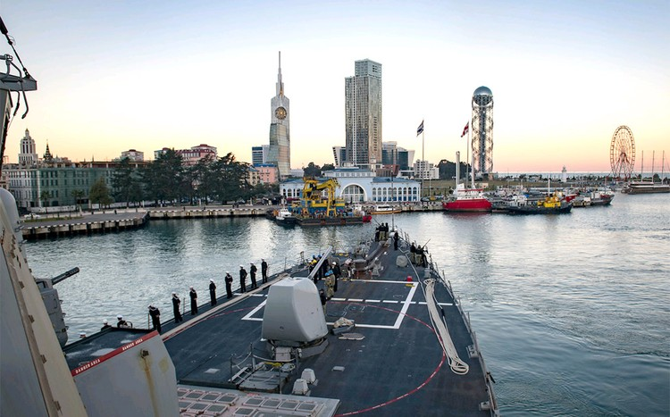 """Прибытие американского эсминца """"Дональд Кук"""" в порт Батуми."""