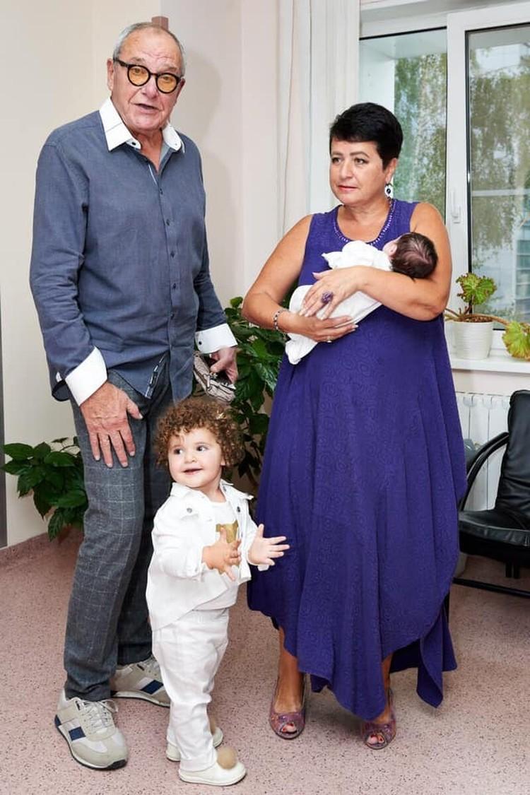 Семья ищет двух нянь - для годовалой Этель и грудничка
