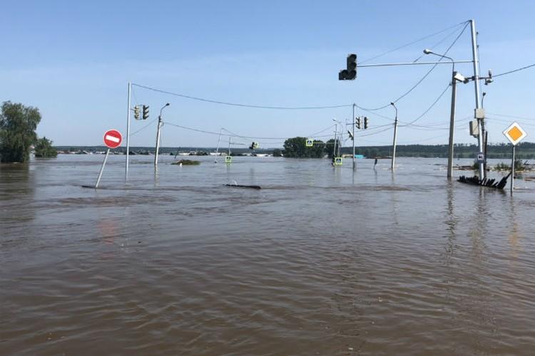 Центральные улицы Тулуна во время первой волны паводка. Фото: Николай ТЕКАЛОВ