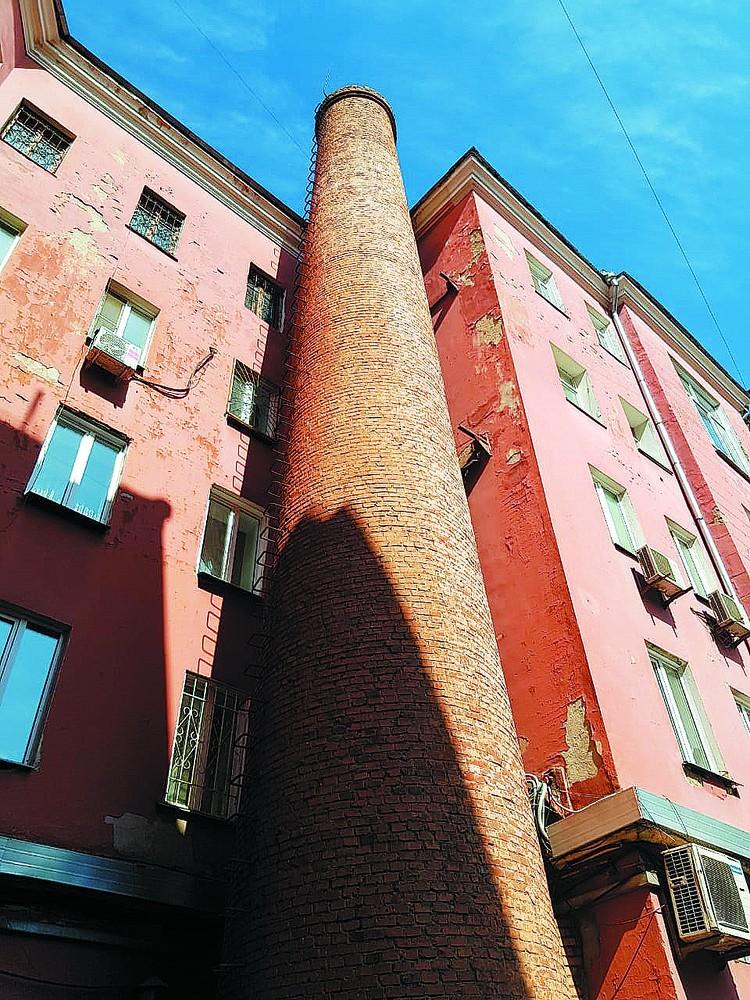 Сюрприз во дворе дома на Мира 85 - вдоль стены идет толстая «четырехэтажная» труба