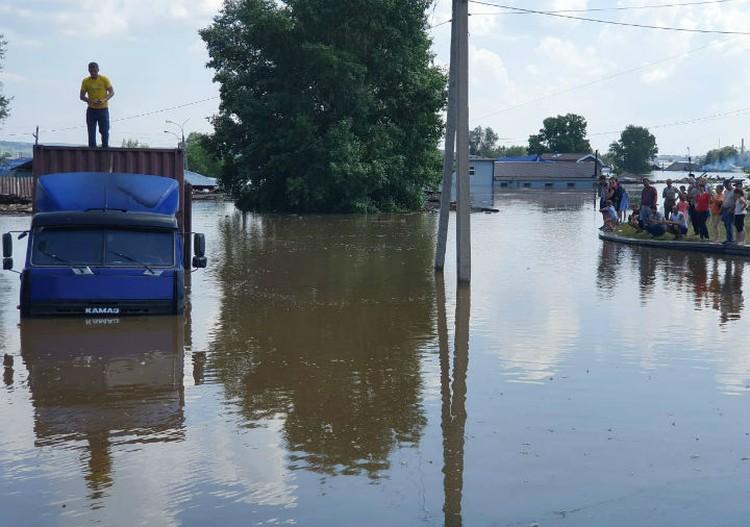 Большая вода пришла в Тулун в конце июня и началось сильнейшее за 30 лет наводнение. Фото: ГУ МЧС России