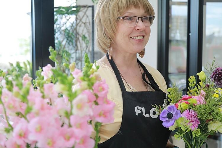 К слову, флористы собирают букеты для школьников с особым удовольствием