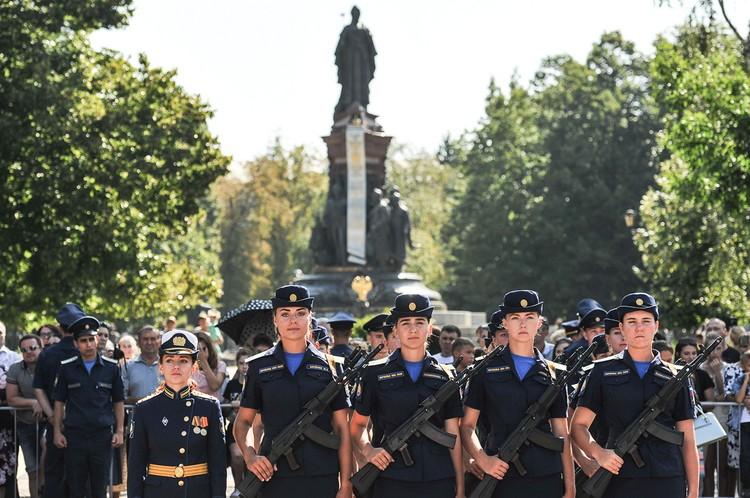 После клятвы будущие летчицы прошли маршем перед трибунами.