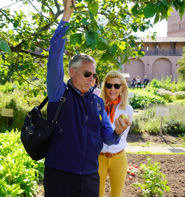 Посол попробовал яблоки из монастырского огорода... Фото: Посольство США в Москве