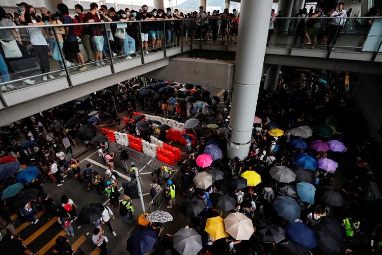 Молодежь блокировала работу аэропорта.