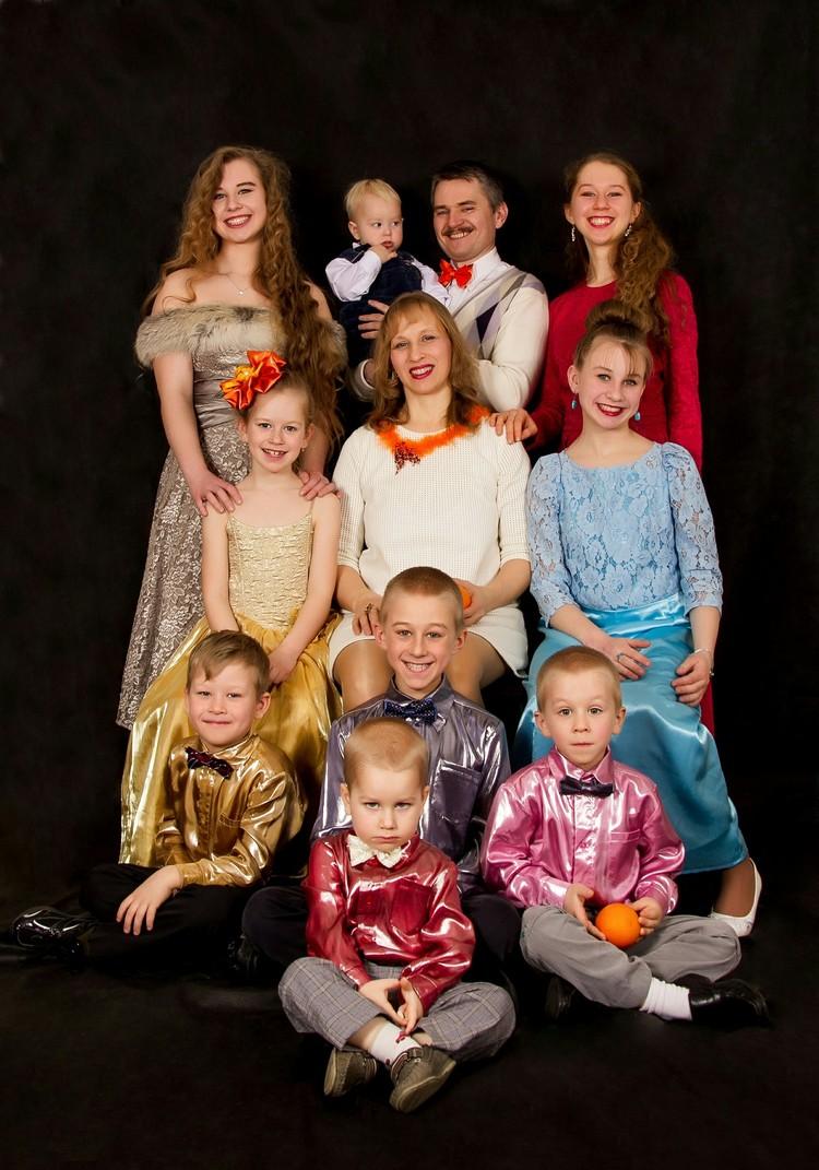 Алена – 18 лет, Устина – 16 лет, София – 13 лет, Денис – 11 лет, Катя – 9 лет, Борислав – 7 лет, Жора – 5 лет, Вова – 4 года, Петя – 2 года.