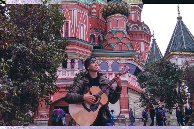 Для Егора ожог руки болезнен вдвойне: он играет на гитаре!
