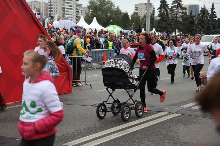 В прошлом году бежали даже мамочки с колясками