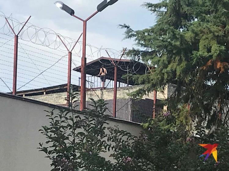 На крыше переделанного в тюрьму монастыря загорают полуголые зеки
