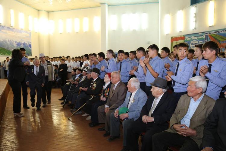 Ветеранов встречали громкими аплодисментами.