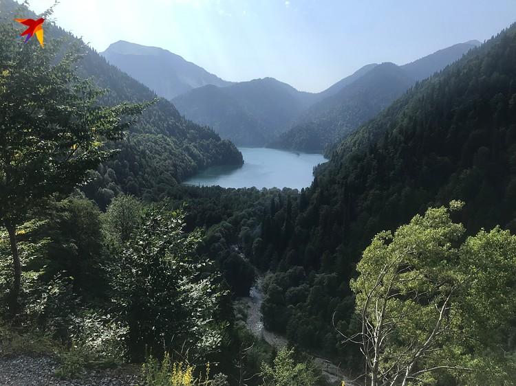 Вид на озеро Рица