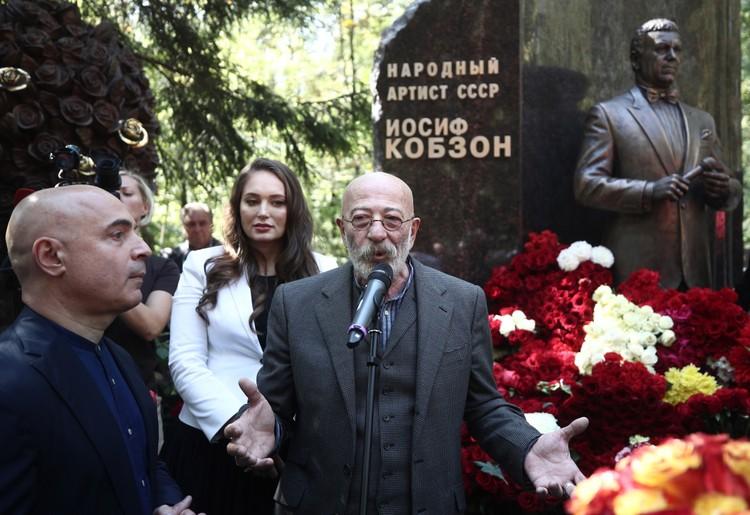 Несмотря на проблемы со здоровьем, Александр Розенбаум 30 августа был на открытии памятника Иосифу Кобзону, а 11 сентября пел на концерте в Кремле. Фото: Валерий Шарифулин/ТАСС