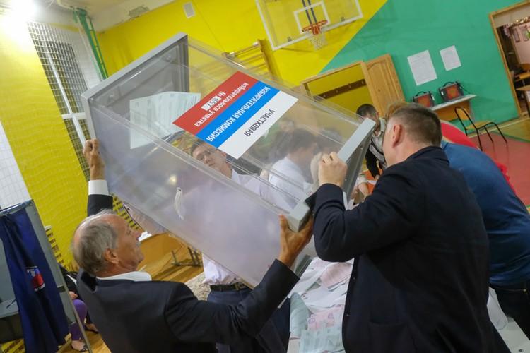 Отдельные претензии у наблюдателей возникли к подсчету голосов - кое-где этот процесс просто невозможно было проверить.