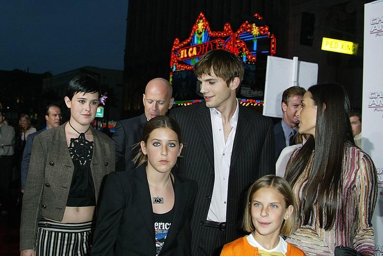 2003 год: Эштон начал встречаться с Деми Мур и сумел подружиться не только с тремя ее дочками, но и с бывшим мужем Брюсом Уиллисом.