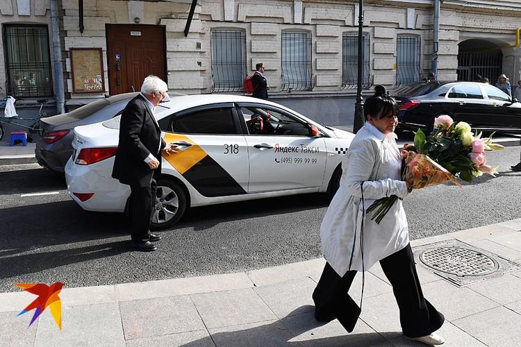 Родители Константина - кинокритик Юрий Богомолов с супругой Ольгой Ульяновой приехали в ЗАГС на такси