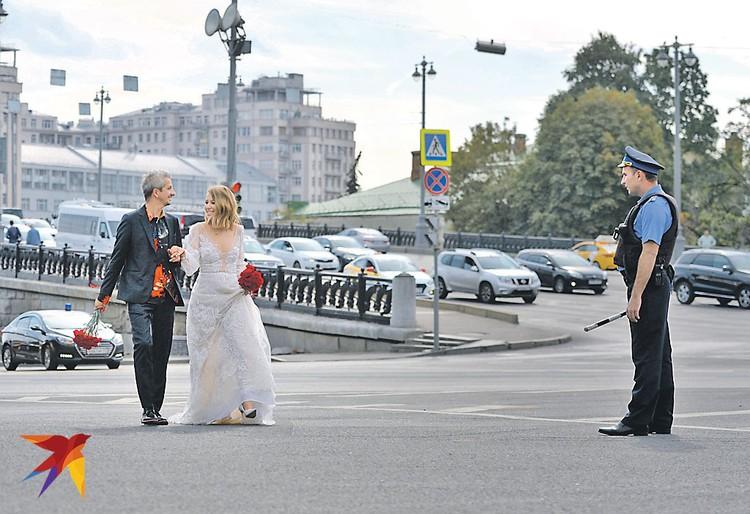 Не каждый день гаишникам такие интересные пешеходы попадаются. Фото: Дмитрий СЕРГЕЕВ