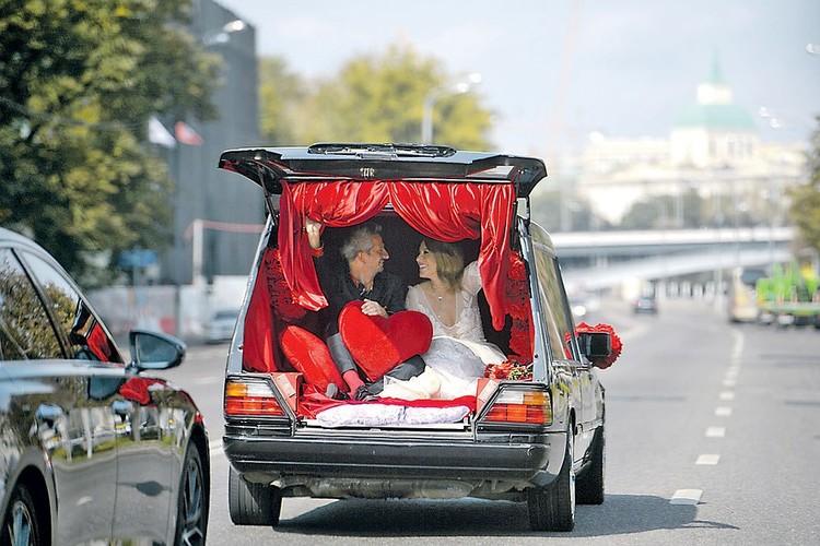 В загс брачующиеся прибыли на погребальном авто. Фото: Дмитрий СЕРГЕЕВ