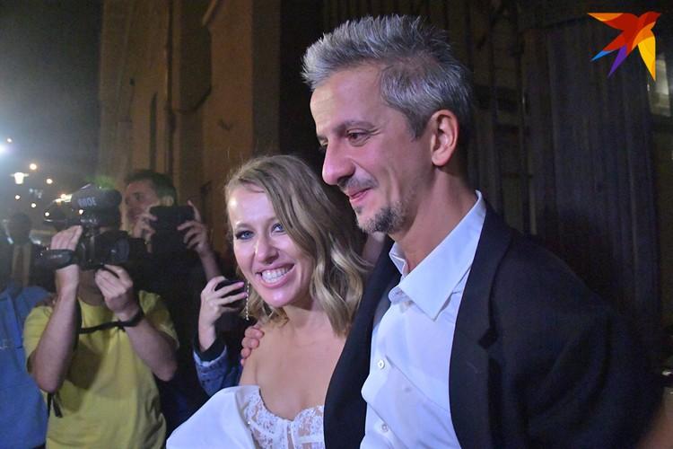 Невеста и жених светились от счастья.