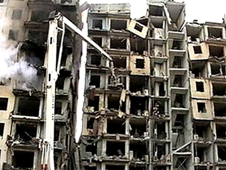 Две секции дома оказались практически полностью разрушенными. Фото: стоп-кадр с видео.