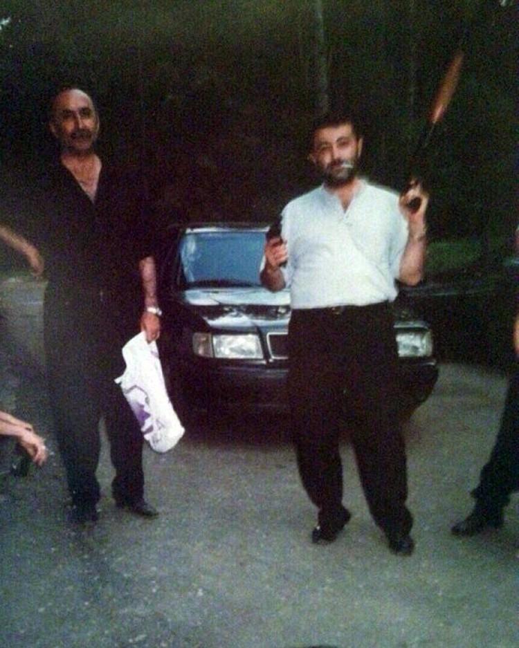 В электронном альбоме не один, и не два снимка Михаила с пистолетом или даже дробовико