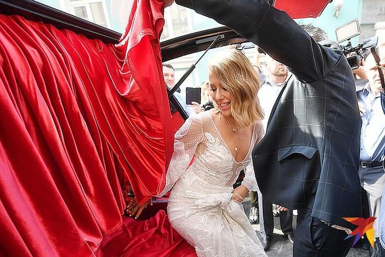 На церемонию жених с невестой прибыли на катафалке, взятом в прокат.