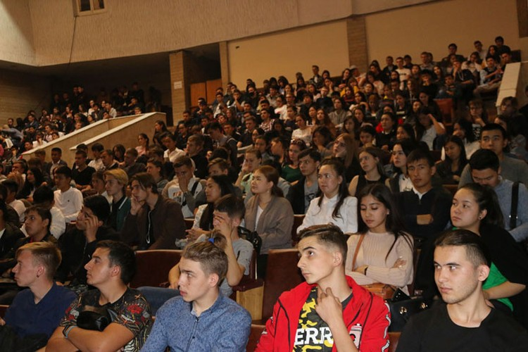 Лекции проходили и среди студентов и школьников.