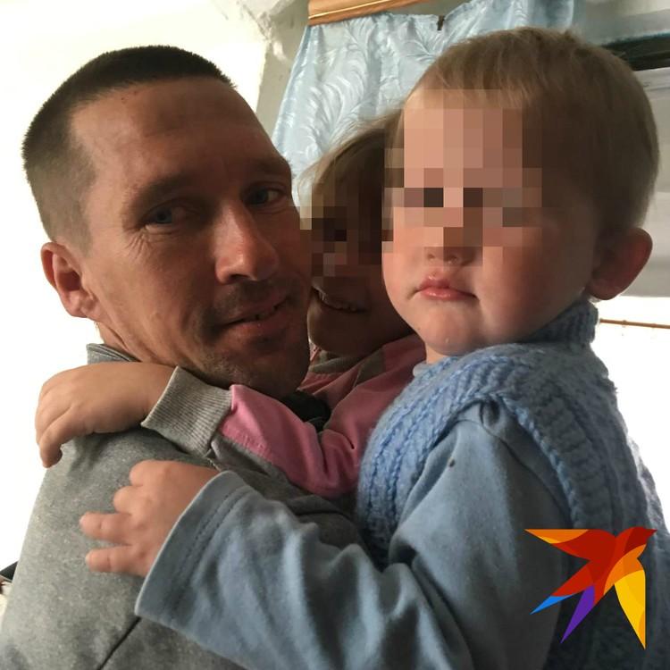 Двухлетний брат погибшей девочки сейчас находится в больнице.