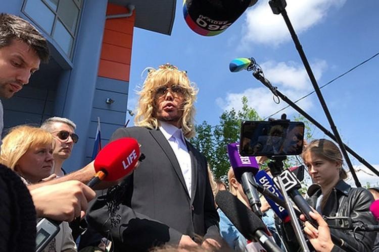 За протесты на Красной площади против строительства завода суперзвезду наказали.