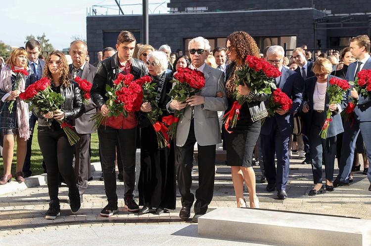 На открытие памятника приехала семья Хворостовского. Фото: Правительство Красноярского края