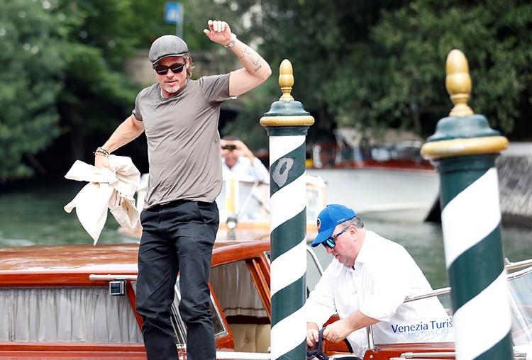 Брэд Питт передвигался по Венеции на лодке