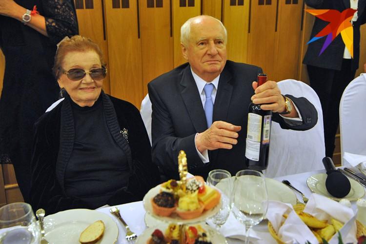Марк Захаров отмечает 80-летний юбилей в родном театре. Рядом - жена режиссера Нина Лапшинова.