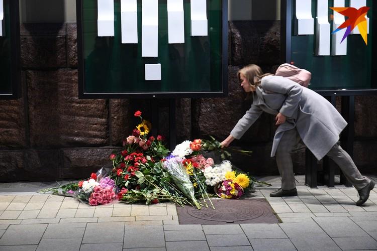 """В память о режиссере Марке Захарове - цветы у стен театра """"Ленком"""""""
