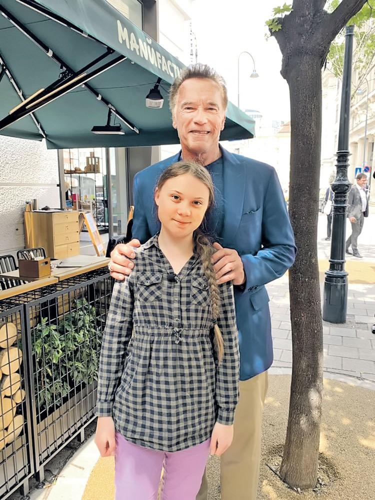 Политики и звезды шоу-бизнеса считают за честь встретиться с Гретой Тунберг. Не устоял и Арнольд Шварценеггер. Фото: twitter.com
