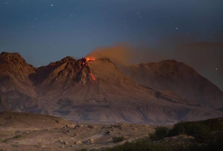 Вулкан в любой момент может выбросить столб пепла высотой более десяти километров. Фото: kamchattour