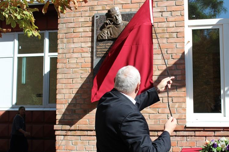 В торжественной обстановке была открыта мемориальная доска Петру Коваленко.