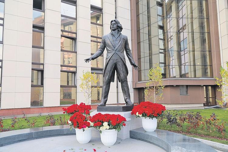 Памятник артисту создал скульптор Владимир Усов.